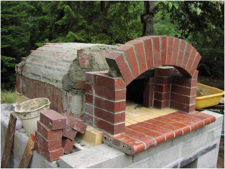 Costruzione forno a legna per pizzeria.
